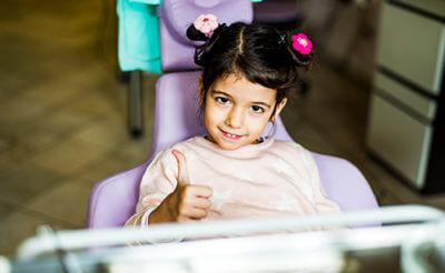 meisje in een tandartsstoel